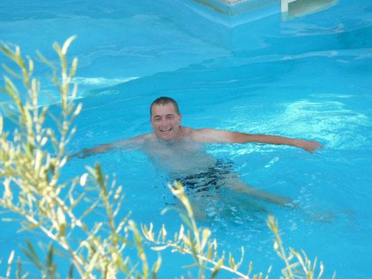 Martin ontspant in het zwembad