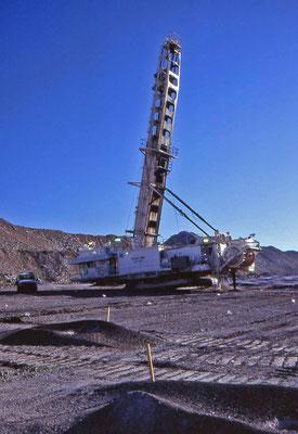 Voertuigen en Werktuigen (boormachine, dragline) in de kolenmijn van Moura