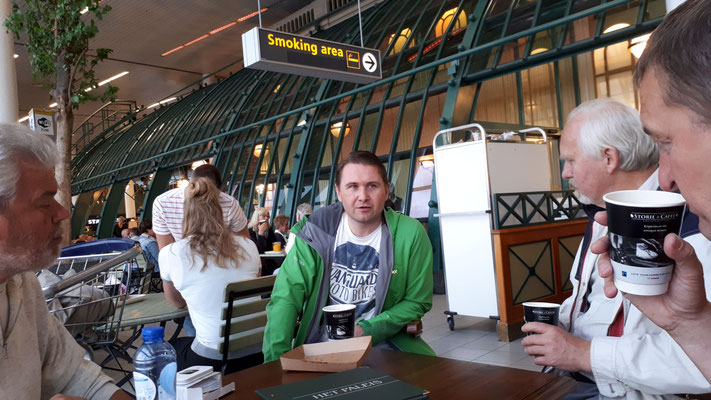 wachtend op Schiphol, foto Marijn