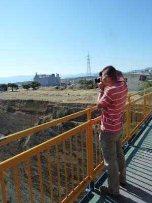 Marcel op brug over kanaal van Korinthe