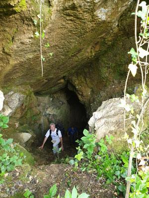 Ruud stapt uit grot, foto Marcel