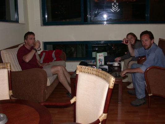 Bhartie, Esther en Ronald toostend