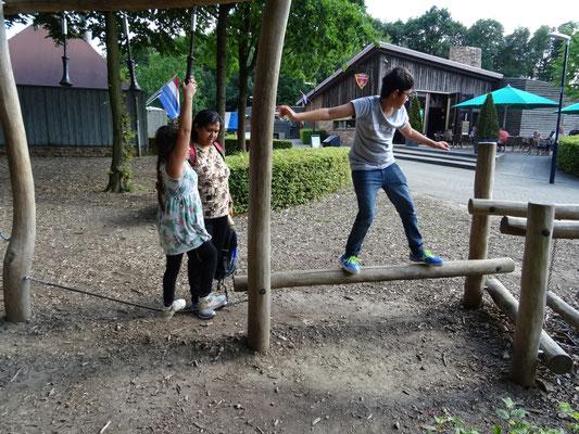 Roshan en Rashmi aan het klimmen