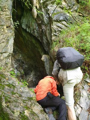 Martin en Ruud inspecteren de grot, foto Marcel
