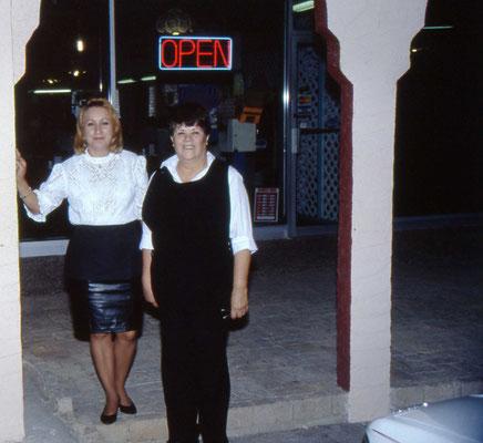 De dames van Arturo's Restaurant