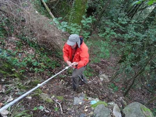Martin klauterend op zoek naar de grot, foto Anton