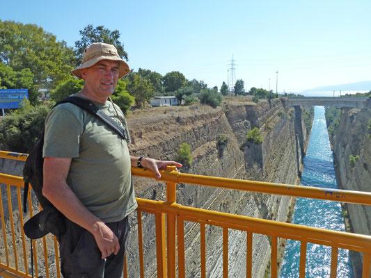 Martin op brug over kanaal van Korinthe