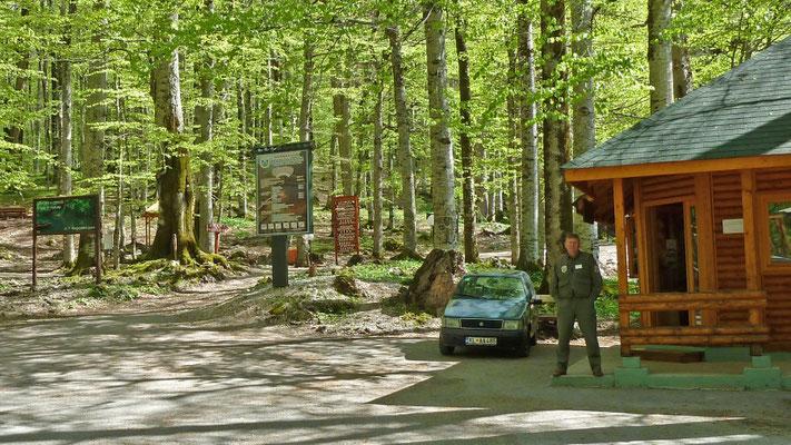 Ingang van Biogradska Jezero; de parkwachter; alleen Marcel en Martin gaan de de berg op