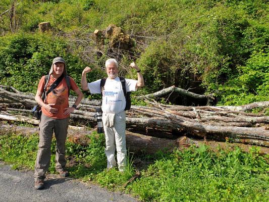 Martin en Ruud voor de grot, foto Marcel