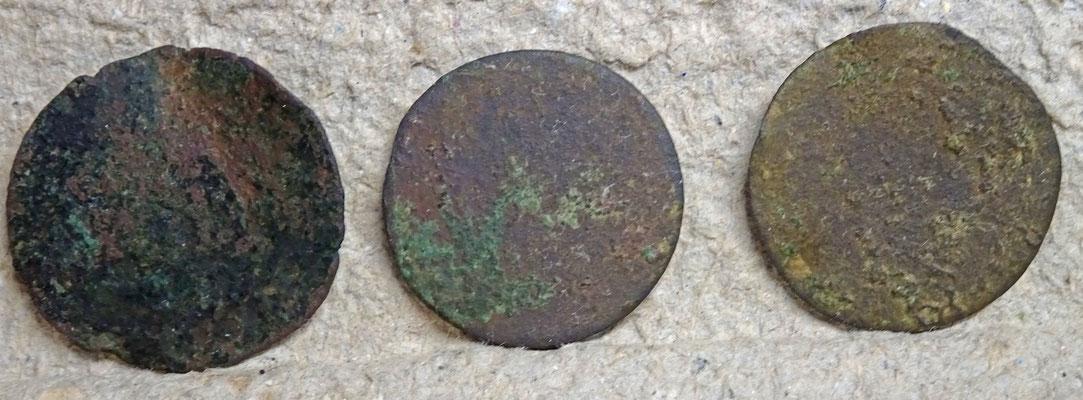 Bijna kale duiten: 2 Lards en 1 Duit Hollandia (midden)