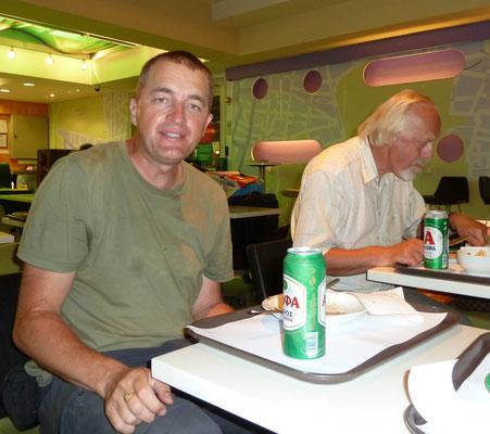 Martin en Anton op het vliegveld