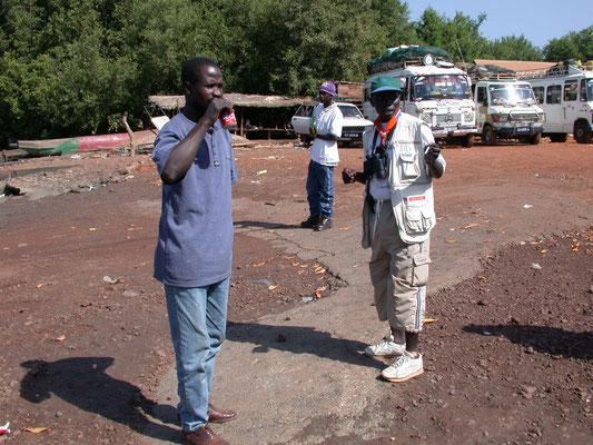 Chauffeur en Demba wachtend voor de Ferry
