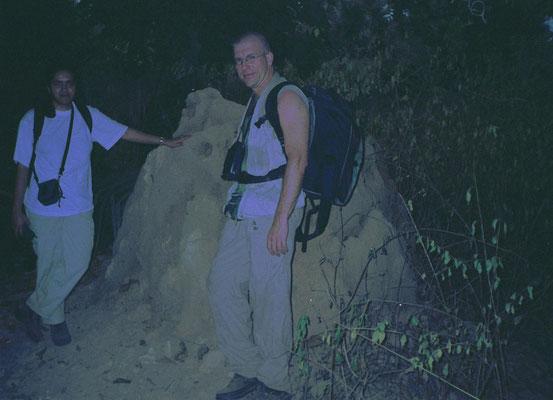 Frank en Bhartie bij termietennest
