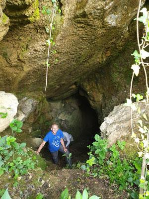 Marijn stapt uit grot, foto Marcel