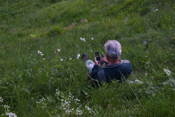Ruud fotografeert de narcis