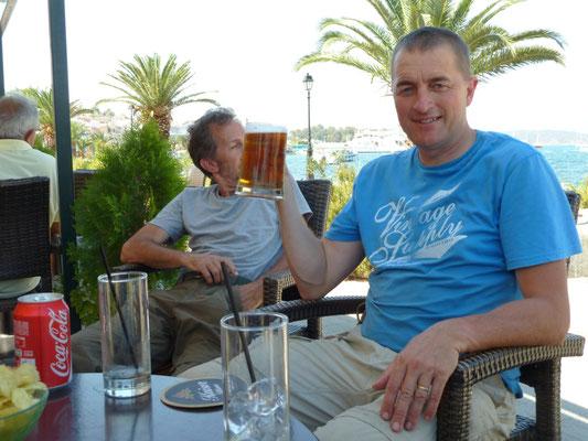 Martin genietend van een koude klets op een terrasje in Galatas