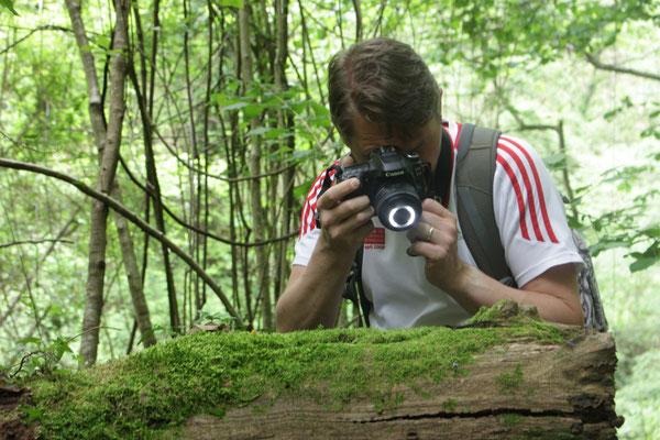 Marcel fotografeert brilsalamander, foto Ruud