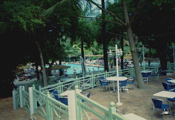 Zwembad in hoteltuin
