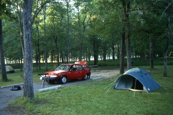 Onze huurauto en tent op Stephen F. Austin State Park