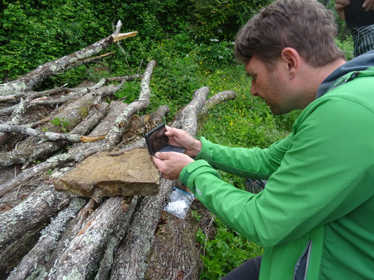 Marcel fotografeert grottensalamander, foto Anton