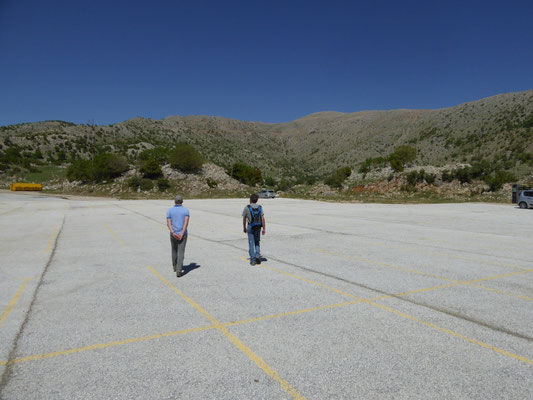 Ronald en Marcel op de grote betonvlakte
