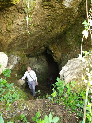 Anton stapt uit grot, foto Marcel