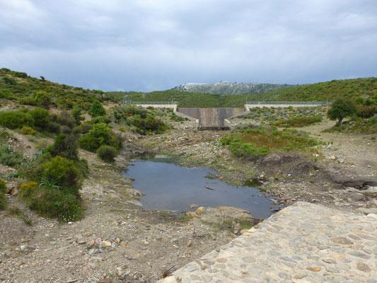 hooggelegen vlakte met water en stuwdam