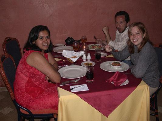 Bhartie, Ronald en Esther tijdens het eten