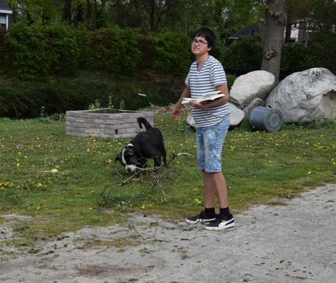 Roshan probeert de hond te entertainen