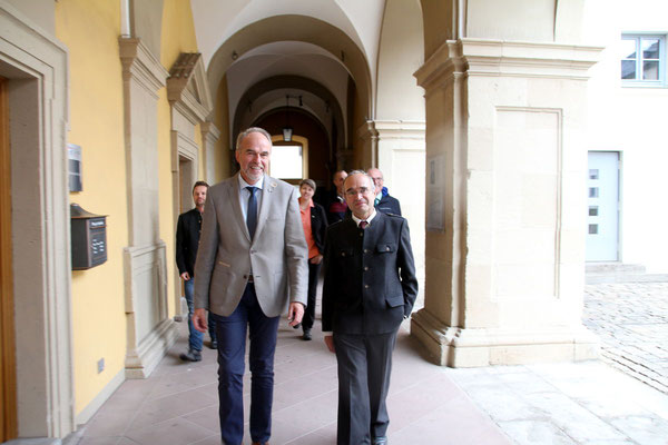 Die Delegation beim Rundgang m Juliusspital, vorne Oberpflegeamtsdirekor Walter Herberth und Dr. W. Kornder