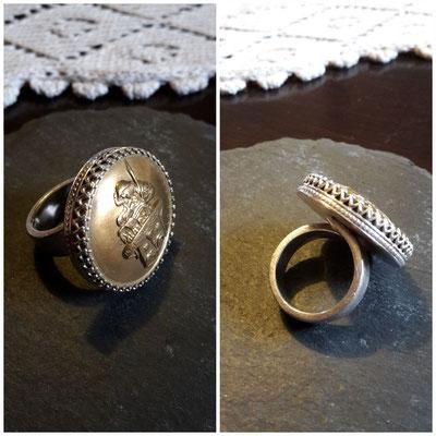 Knopf eines Schornsteinfegers als Glücksbringer in Silber gefasst.