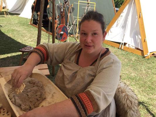 Elisa bei der Teigherstellung