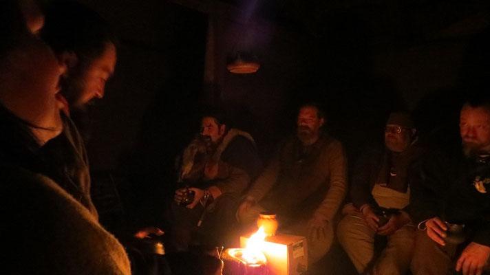 ...sind alle wieder vereint und sitzen ums Feuer.