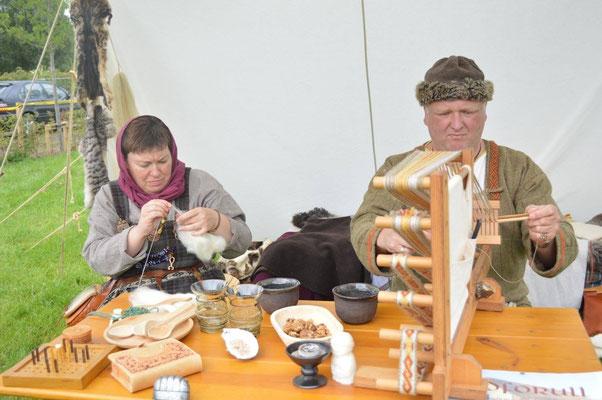 Rafarta und Cathal beim Handwerken