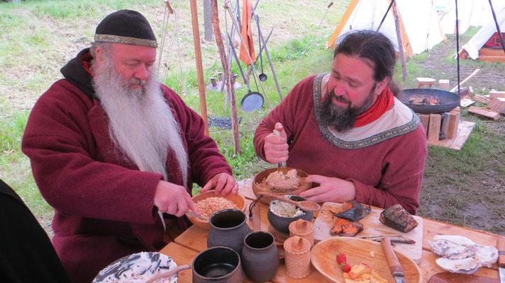 ...während Ulfram und Odinger in mühevoller Arbeit jede Menge Bohnen zu Mus zerrieben.