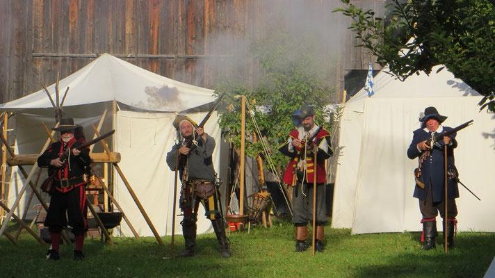 Die Landsknechte von nebenan beglückten uns mehrmals täglich mit ihren Musketenvorführungen...