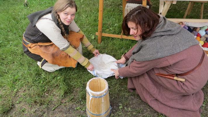 Solá und Hagrun stampften die frischeste Butter der Welt.