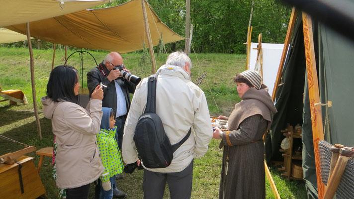 Rafarta hielt einen spontanen einstündigen Vortrag über wikingerzeitliche Fibel- und Glasperlentrachten...