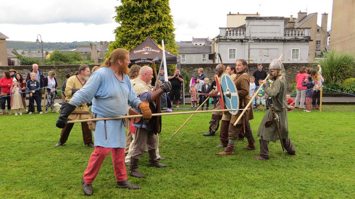 Jubelnde Besucher erfreuten sich ebenso an der Wikingerschlacht...