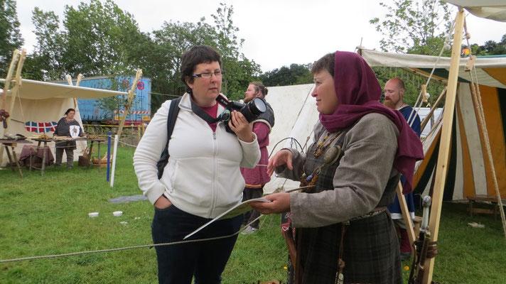 ...oder Besucherinnen anhand unserer Bücher das Leben der Wikinger näherbringt.