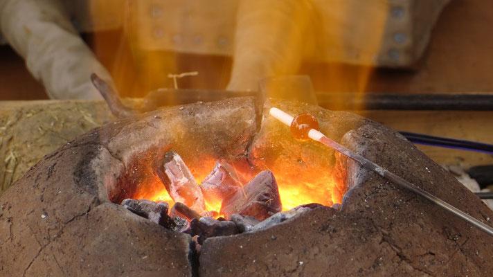...um die tausend Grad für den Glasperlenofen zu erzeugen