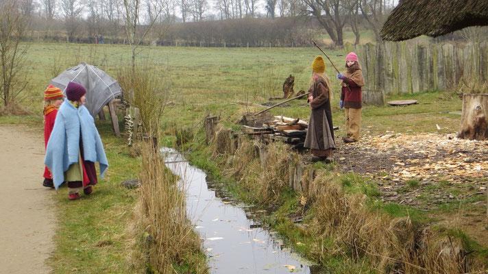 Die Kinder gingen so lang im Dorfbach angeln...