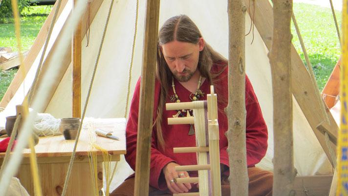 Jürgen bereitet seinen Brettchenwebstuhl vor