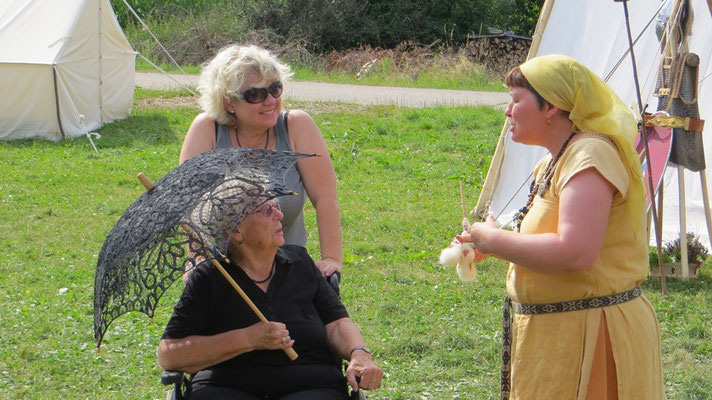 Rafarta im Gespräch mit einer unglaublich interessierten  Dame und ihrer Begleitung