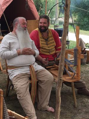 Ulfram und Darri wissen, wie man Männergespräche führt.