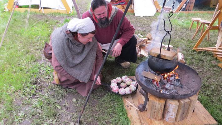 Gefüllte, überbackene Zwiebeln aus unserem improvisierten Feuerschalenbackofen. Einfach lecker!!