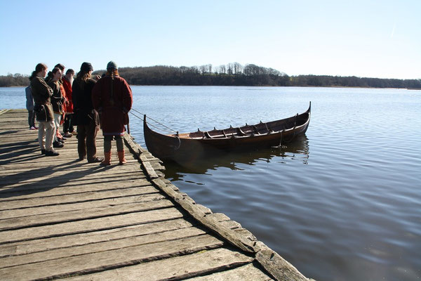 Das Boot wird von den Männern längs geholt...