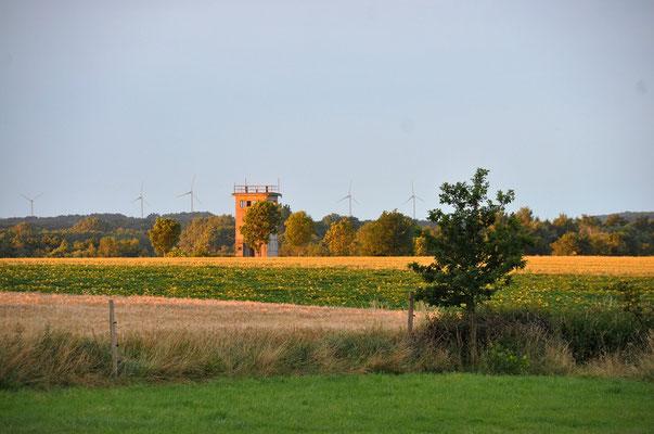 Blick von der Herberge zum alten DDR-Wachturm
