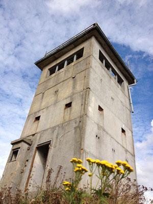 Alter DDR-Wachturm nahe des Grundstücks