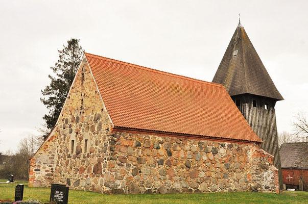 Feldsteinkapelle in Dahrendorf mit freistehendem Campanileturm